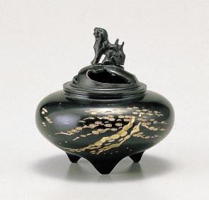135-56,伝統美 香炉 「 平型・松 」銅製 能作吉秀作 桐箱付 【 高岡銅器 】