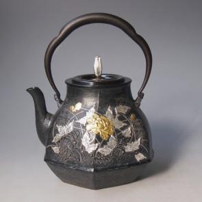 tb188, 雨宫金寿堂模本 六角草花纹铁壶  本体金银镶嵌 摘手和座:银 约1.3L 铁壶