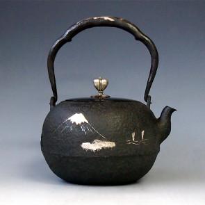 tb2c, 龙文堂模本 丸形 富士山风景 银镶嵌 银摘和银座 约1.4L, 铁壶