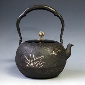 tb75b, 龙文堂模本   大雁芦苇图 银镶嵌 银摘手和座  约 1.4L, 铁壶