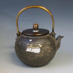 tb87a 龟文堂模本 城阁山水图 壶身金银镶嵌 摘手和提手银镶嵌 银座 约 1.8L, 铁壶