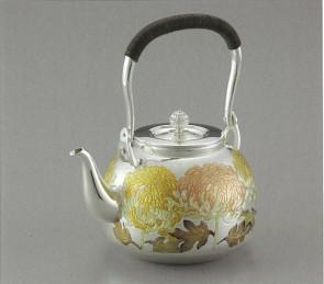 obg-n048,大渊光则作 纯银烧水壶 亮丽菊花纹 约1.4L,银壶