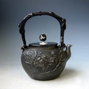 tb128sa,龜文堂模本 鄉間山水 壺身和摘手銀鑲嵌、 靈芝提手 約 1.1L, 砂鐵 鐵壺