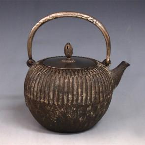 tb18a, 藏六模本 菊花形 摘手和座鍍銀 蟲咬形提手 約 1.0L, 鐵壺