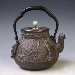 tb204, 藏六模本 饕餮紋四方耳鐵壺 翡翠摘手 座:銀 蓋金鑲嵌 約1.3L 鐵壺