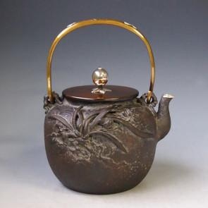 tb205, 龜文堂模本 蘭蟹鐵壺 座:銀 提手銀鑲嵌  約1.6L 鐵壺