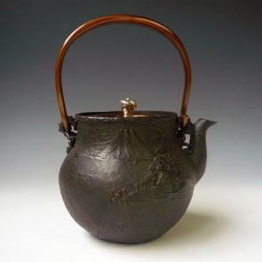 tb226, 初代龜文堂作 富士山水鐵壺 提手鑲嵌山紫水明漢字 約1.0L, 鐵壺