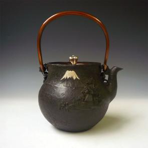 tb227, 初代龜文堂作 富士山水鐵壺 提手鑲嵌山紫水明漢字 約1.0L 鐵壺