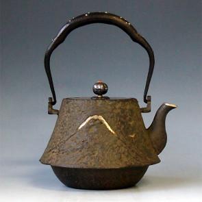 tb39,富士山雲龍鐵壺 壺口包銀 提手銀鑲嵌 約 0.9L, 鐵壺