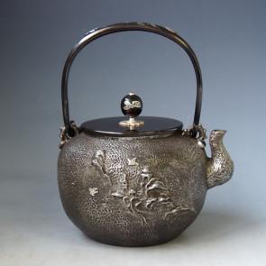 tb50sa,龜文堂模本 丸形 波千鳥圖 壺身、摘和提手銀鑲嵌 約1.4L 砂鐵 鐵壺