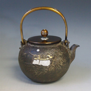 tb87a  龜文堂模本 城閣山水圖 壺身金銀鑲嵌 摘手和提手銀鑲嵌 銀座 約 1.8L, 鐵壺
